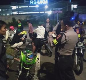 Polisi  Bubarkan Balapan Liar di Gerbang Tol Soroja